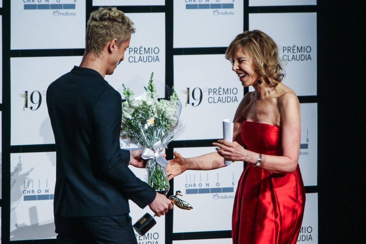 14.out.2014 - Marília Gabriela recebe das mãos do filho Theodoro Cochrane um troféu no Prêmio Claudia 2014, no Auditório Ibirapuera, dentro do Parque Ibirapuera, na zona sul de São Paulo, nesta terça-feira. A atriz, apresentadora e jornalista foi a grande homenageada da noite