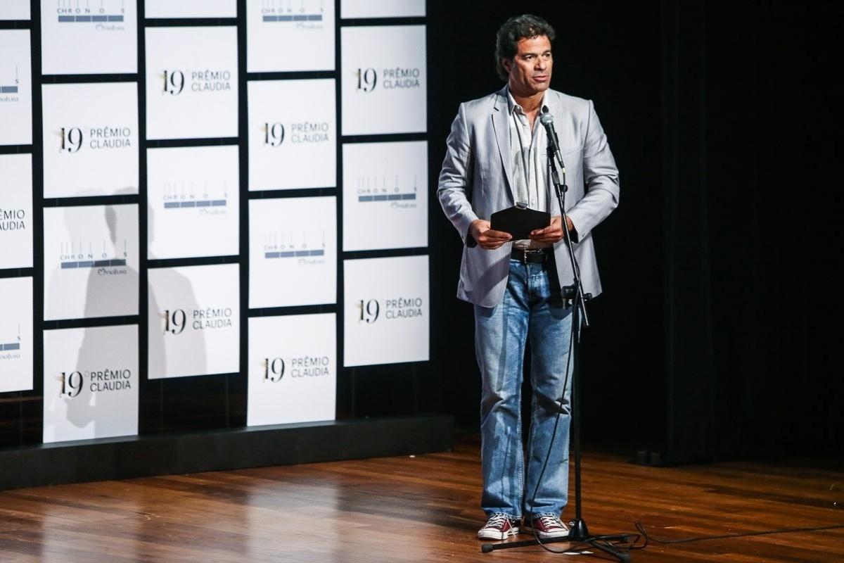 14.out.2014 - O ex-joagdor de futebol Raí anuncia uma das categorias do Prêmio Claudia 2014, no Auditório Ibirapuera, dentro do Parque Ibirapuera, na zona sul de São Paulo, nesta terça-feira