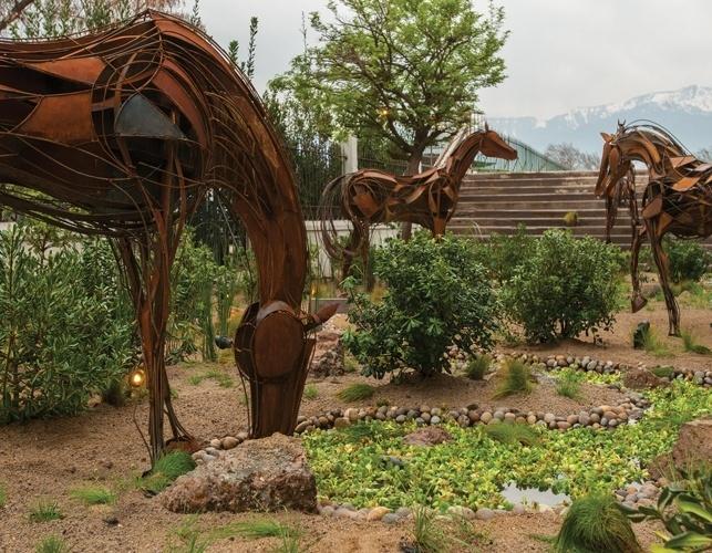 Inspirado nos cavalos do Club Hípico de Santiago (local onde acontece a Casa Cor Chile), o jardim