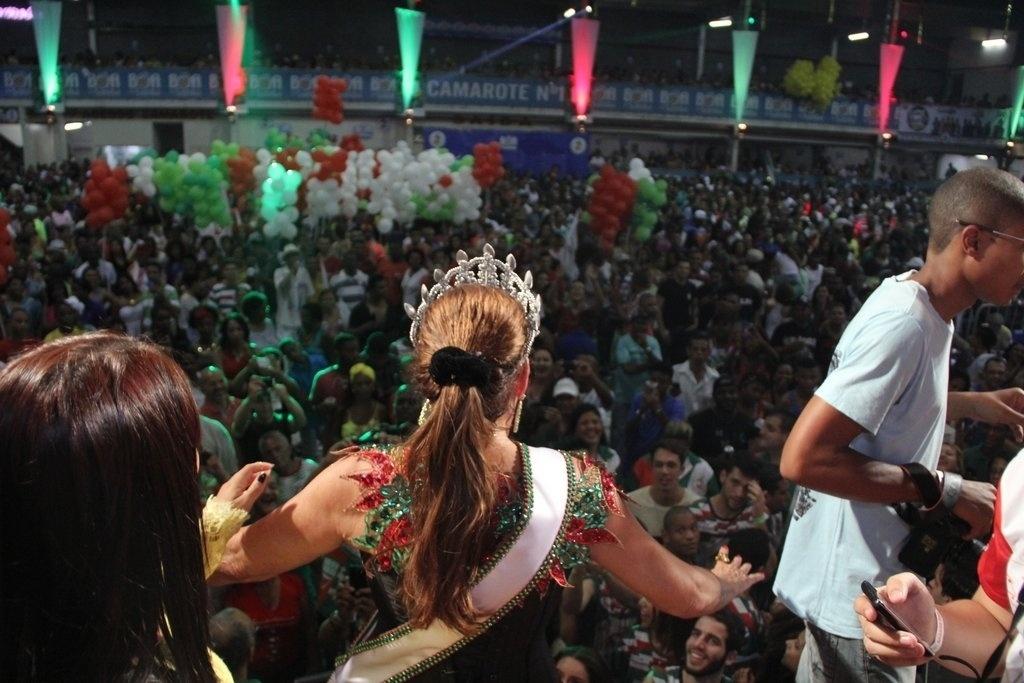 17.out.2014 - Susana Vieira recebe seus súditos em sua coração na quadra da escola de samba Grande Rio, no centro de Duque de Caxias, na Baixada Fluminense, nesta sexta-feira