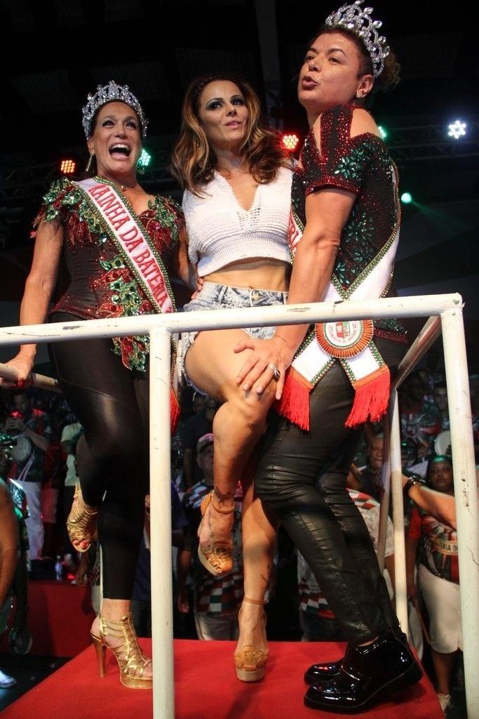 17.out.2014 - Viviane Araújo comparece à coroação de Susana Vieira e David Brazil na quadra da escola de samba Grande Rio, no centro de Duque de Caxias, na Baixada Fluminense, nesta sexta-feira