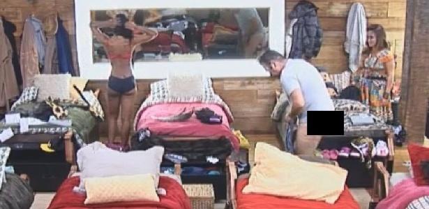 18.out.2014 - Felipeh Campos fica nu em frente aos outros peões