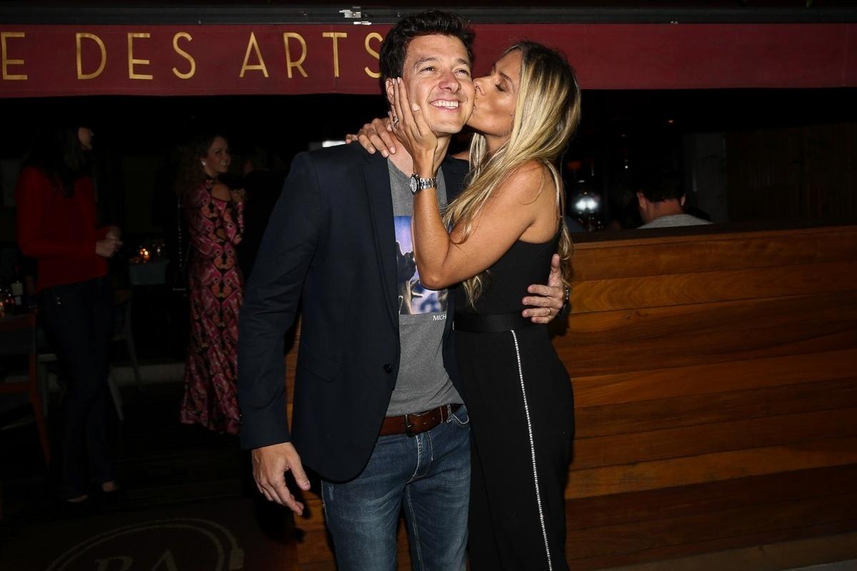 20.out.2014 - Adriane Galisteu comemora os 41 anos do amigo Rodrigo Faro em uma festa particular em um restaurante nos Jardins, zona sul de São Paulo, nesta segunda-feira