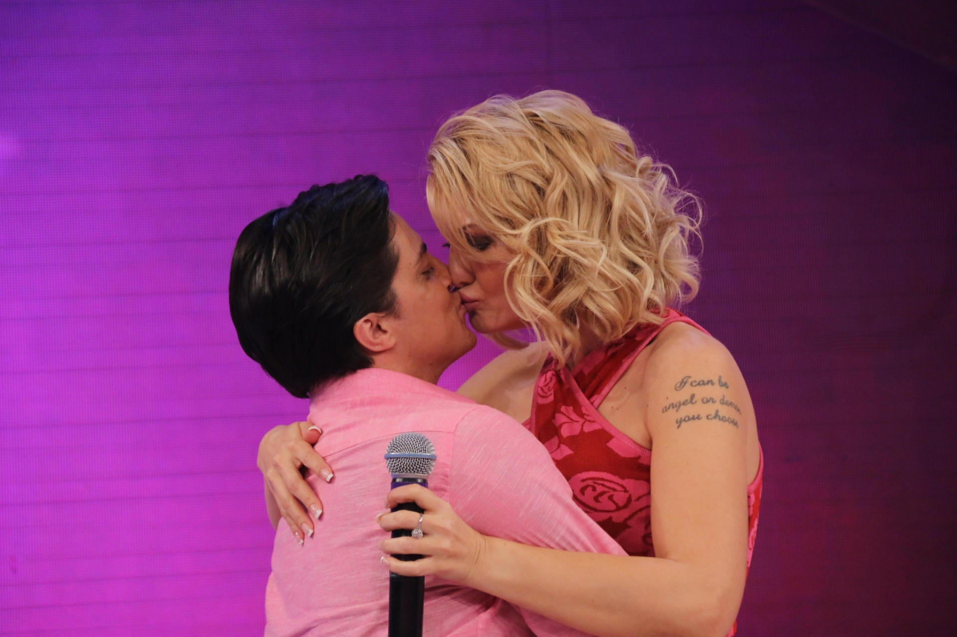 Antônia Fontenelle  ganhou um selinho de Tammy Miranda durante a entrevista