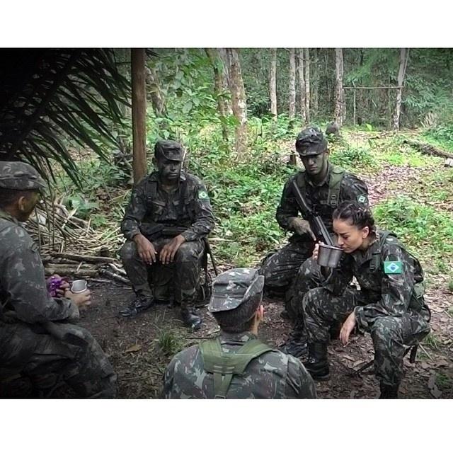 24.out.2014- Sabrina Sato na selva? Sim, a apresentadora postou uma imagem no Instagram nesta sexta-feira (24), onde aparece cercada por soldados do Exército Brasileiro no meio da mata com uniforme camuflado