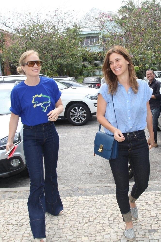 26.out.2014 - A apresentadora Angélica e a atriz Carolina Dieckmann votam juntas no Rio
