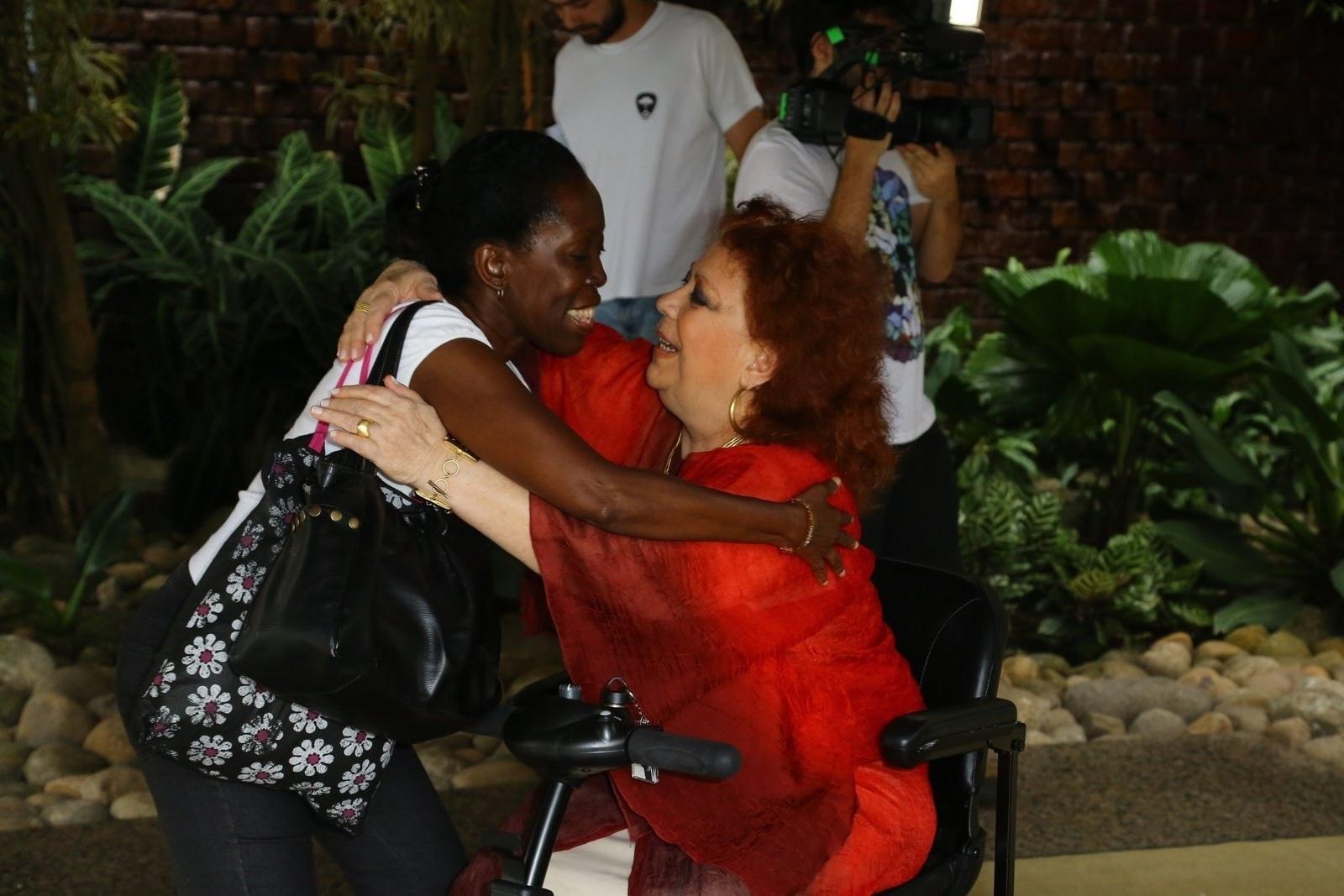 26.out.2014 - Beth Carvalho foi votar no Rio de Janeiro a bordo de um carrinho elétrico, que ela chamou de