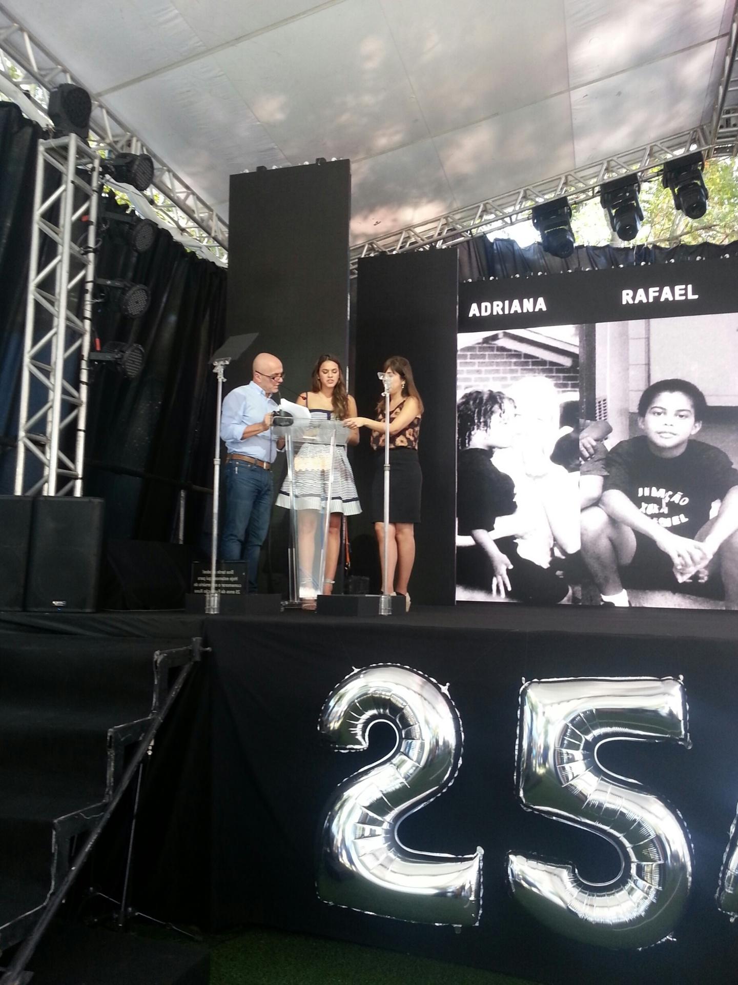 28.ou.2014 - Bruna Marquezine na festa de comemoração dos 25 anos da Fundação Xuxa Meneghel, no Rio de Janeiro