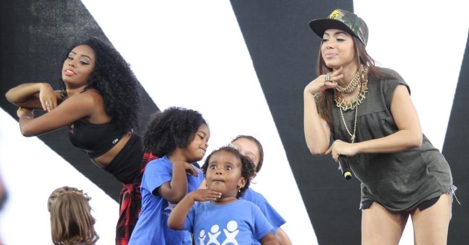 """28.out.2014 - Anitta dança o sucesso """"Show das Poderosas"""" ao lado de crianças na festa de comemoração dos 25 anos da Fundação Xuxa Meneghel, no Rio de Janeiro"""