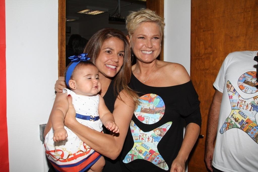 28.out.2014 - Nívea Stelmann leva a filha caçula, Bruna, à festa de 25 anos da Fundação Xuxa Meneghel