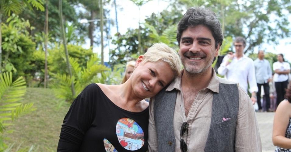 28.out.2014 - Xuxa posa ao lado do namorado, o ator Junno Andrade na festa de comemoração dos 25 anos da Fundação Xuxa Meneghel, no Rio de Janeiro
