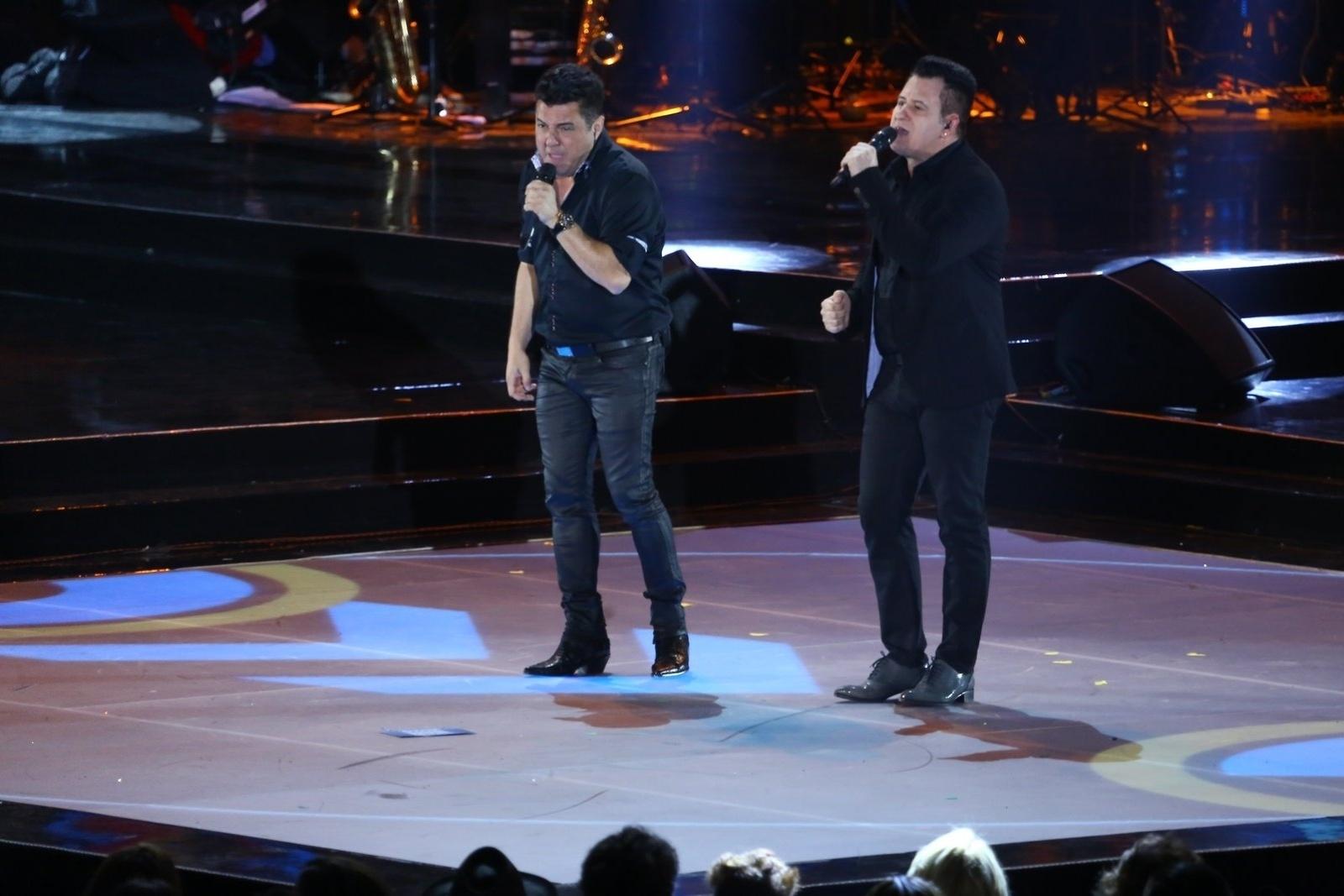 28.out.2014 - Bruno & Marrone agitam o público da 21ª edição do Prêmio Multishow 2014 na Arena da Barra, zona oeste do Rio de Janeiro, na noite desta terça-feira.
