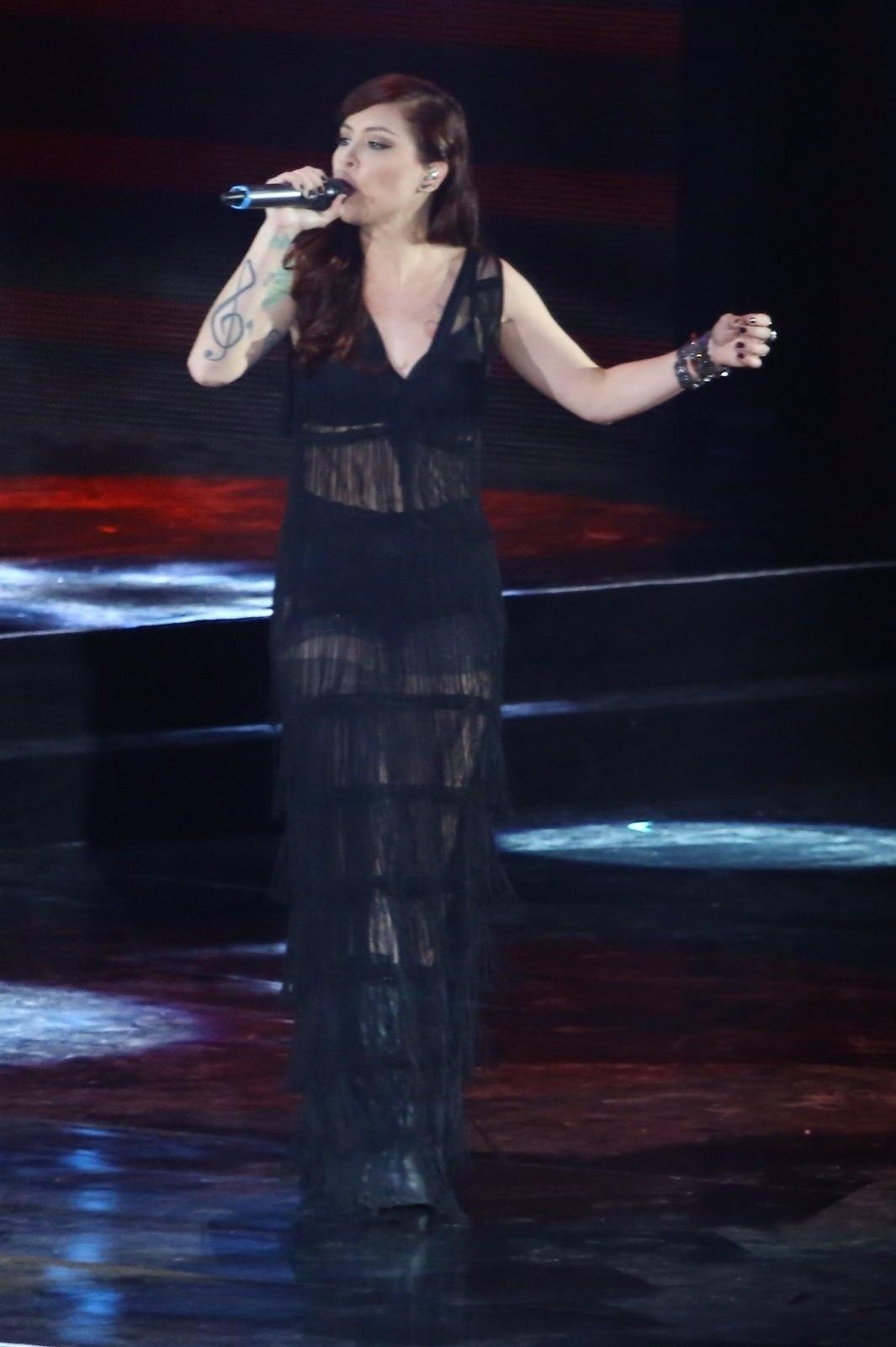 28.out.2014 - Pitty faz homenagem a Cássia Eller e canta