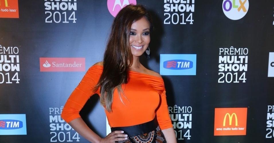 28.out.2014 - Solteira, Carol Nakamura se diverte na 21ª edição do Prêmio Multishow 2014 na Arena da Barra, zona oeste do Rio de Janeiro, na noite desta terça-feira