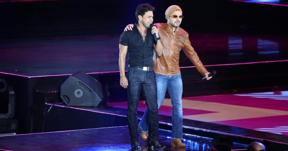 28.out.2014 - Zezé di Camargo e Luciano cantam na 21ª edição do Prêmio Multishow 2014 na Arena da Barra, zona oeste do Rio de Janeiro, na noite desta terça-feira.