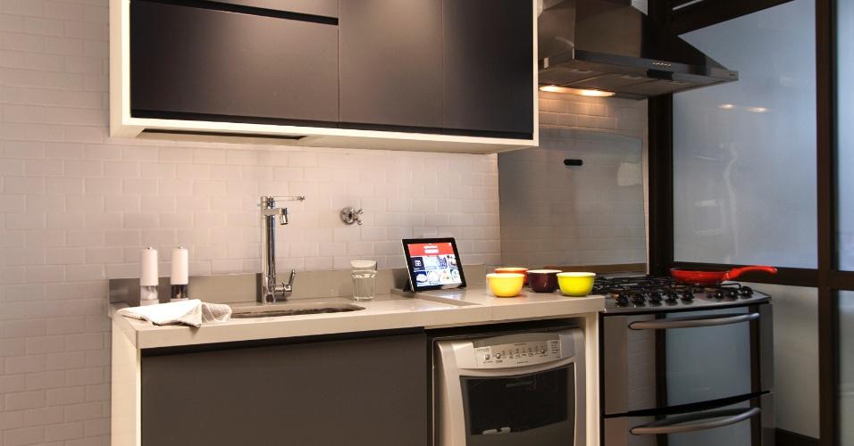 Os equipamentos de cozinha - armários, fogão, coifa e lava-louças -, do apê Raul Pompéia, reformado pelo Hiperstudio, ficam escondidos atrás da parede que a separa da sala de jantar. Apesar de integrada com o ambiente social, não é possível ver a área de cocção, pois a ligação se dá por um zigue-zague entre paredes recortadas. O revestimento dos armários é em laminado melamínico (Marcenaria Eco Wood) e a bancada para cuba é de feita de quartzo (Silestone - Coliseum Mármores)