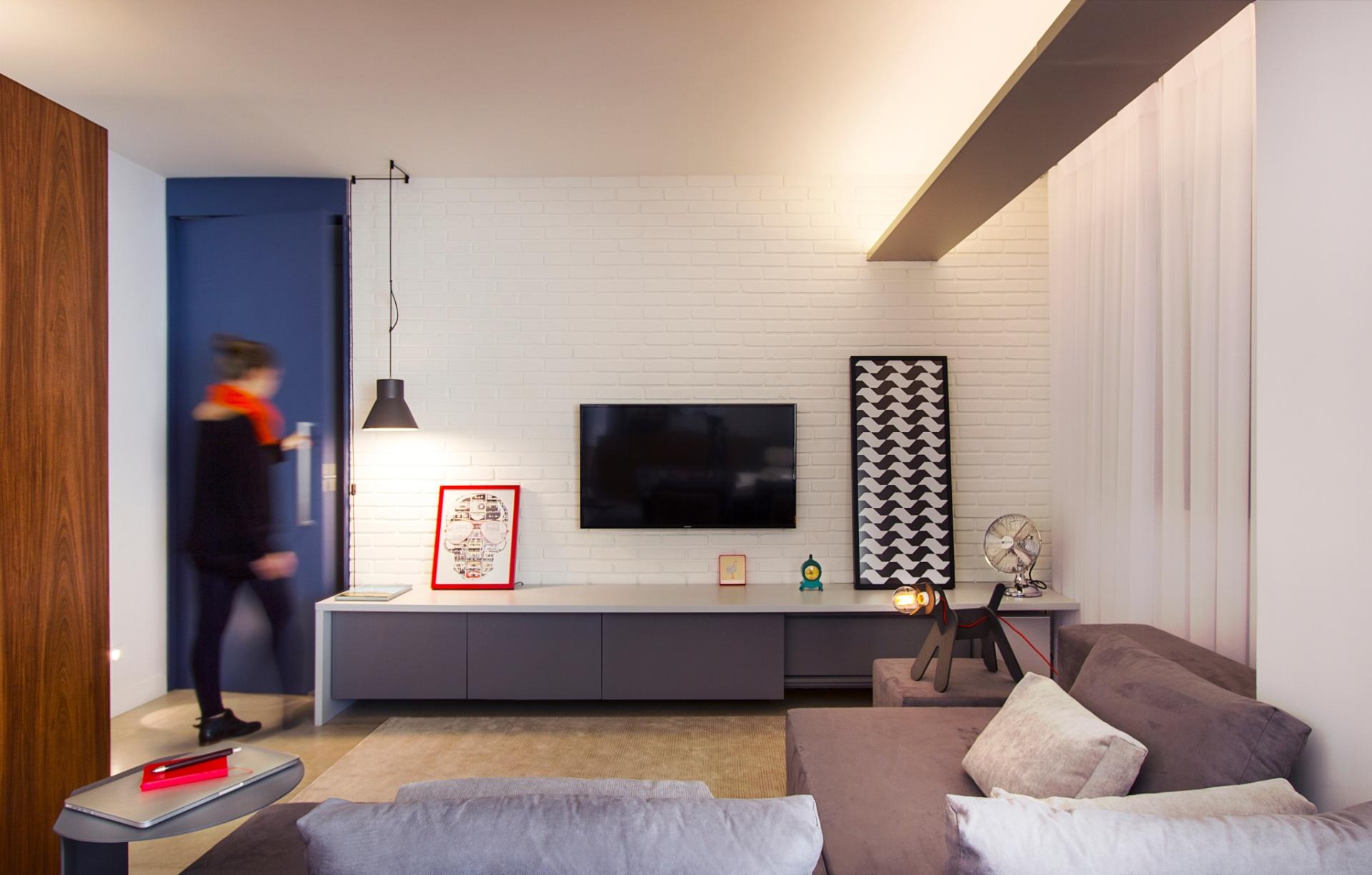 A parede de tijolinhos à vista (Cia. das Telhas) foi produzida para o projeto de reforma do apê Raul Pompéia, desenvolvido pelo Hiperstudio.
