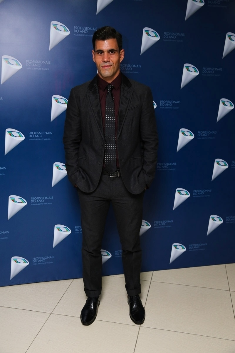 29.out.2014 - Juliano Cazarré posa nos bastidores do 36º Prêmio Profissionais do Ano da Globo, no HSBC Brasil, zona sul de São Paulo, na noite desta quarta-feira