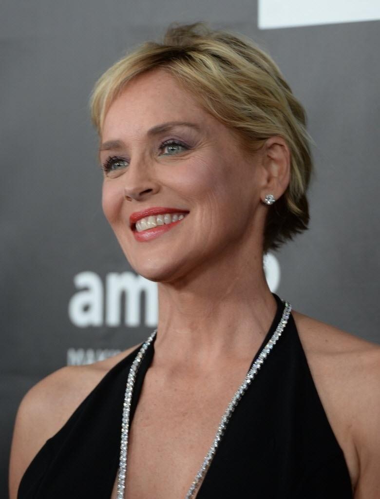 29.out.2014 - Madrinha do baile da amfAr, Sharon Stone chega ao evento no Milk Studios, em Los Angeles, nos Estados Unidos, na noite desta quarta-feira