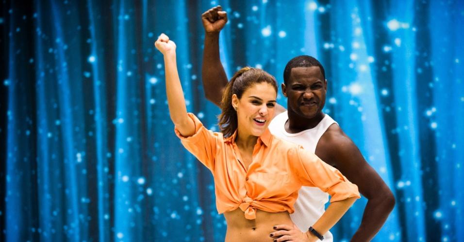 30.out.2014 - Paloma Bernardi mostra empolgação com a coreografia e segue à risca as dicas do professor Patrick Carvalho