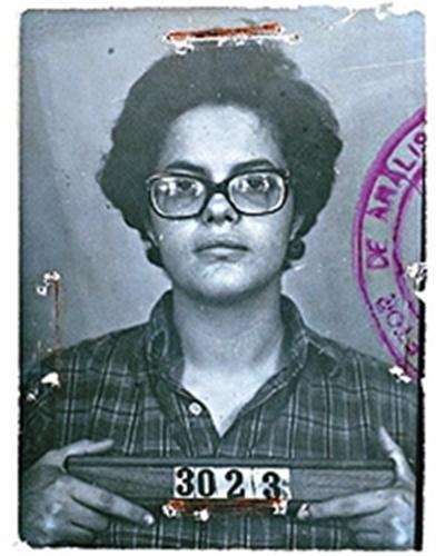 Fotografia 3x4 de Dilma Rousseff aos 22 anos, pertencente aos arquivos do Dops, que foi tirada quando a então universitária foi presa, em 1970
