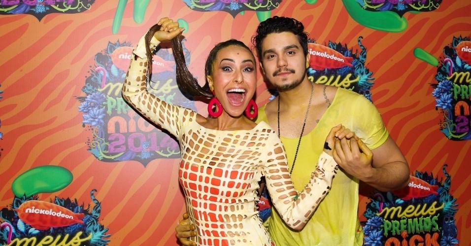 30.out.2014 - Sabrina Sato e Luan Santana lambuzados após tomar banho de slime no