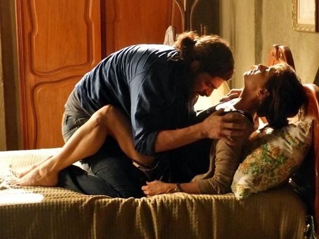 Cora (Drica Moraes) não resistiu às investidas de Jairo (Julio Machado) e foi parar na cama com o malandro