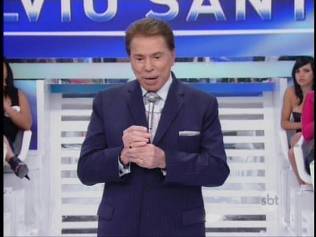 Silvio Santos faz piadas em seu programa dominical