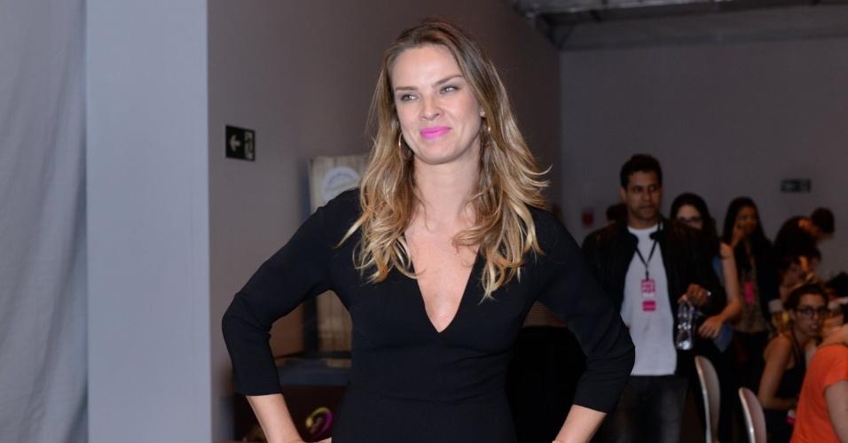 3.nov.2014 - Atriz e modelo, Letícia Birkheuer foi à primeira noite da SPFW com um look preto e batom cor de rosa