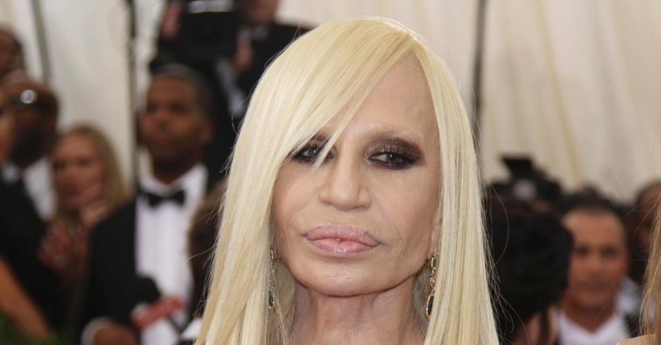 Versace No Tapete Vermelho : Donatella Versace posou para os fot?grafos no tapete vermelho