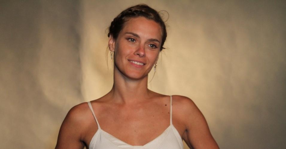 Com os cabelos mais escuros, Carolina Dieckmann revelou que passou dois meses se preparando para mergulhar no drama de sua personagem, que na infância sofreu abuso sexual.