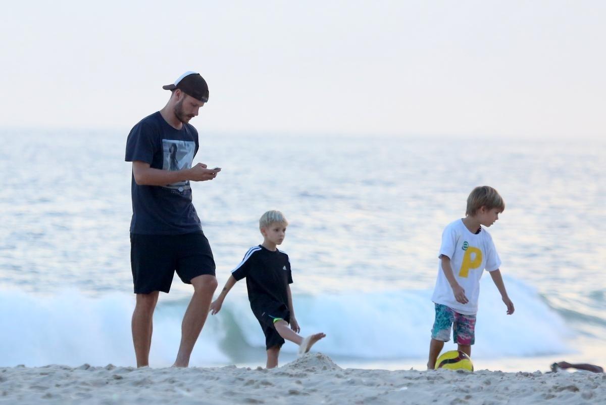 4.nov.2014 - Rodrigo Hilbert joga bola com os filhos gêmeos, João e Francisco, na praia do Leblon, no Rio