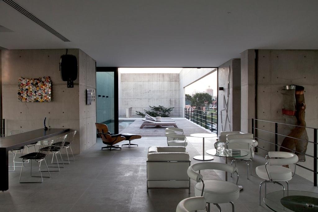 A piscina da casa Vertical, projetada por Marcos Bertoldi, fica no mesmo nível do mezanino para recepções equipado com