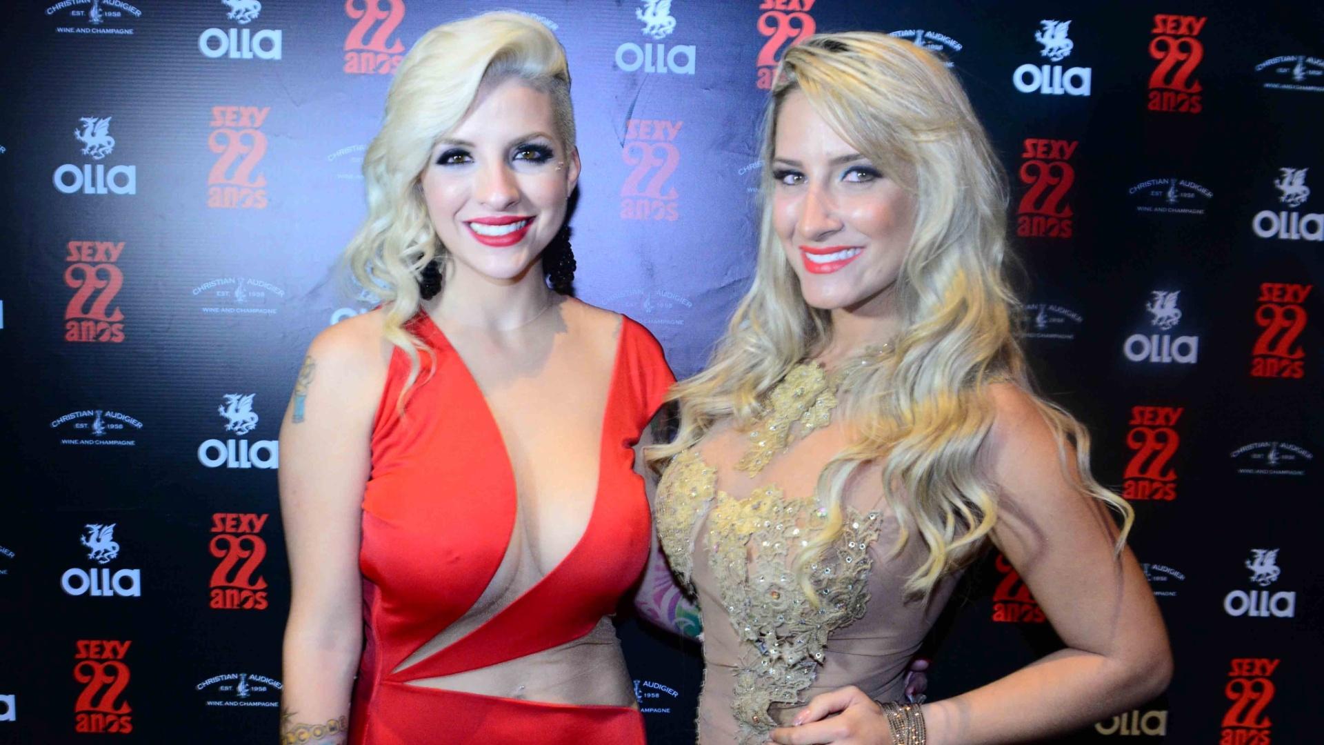 4.nov.2014 - A ex-BBB Clara Aguilar posa ao lado da modelo Jaque Jatai no lançamento de seu ensaio nu para a edição de aniversário da revista Sexy, nesta terça-feira, em uma casa noturna de São Paulo