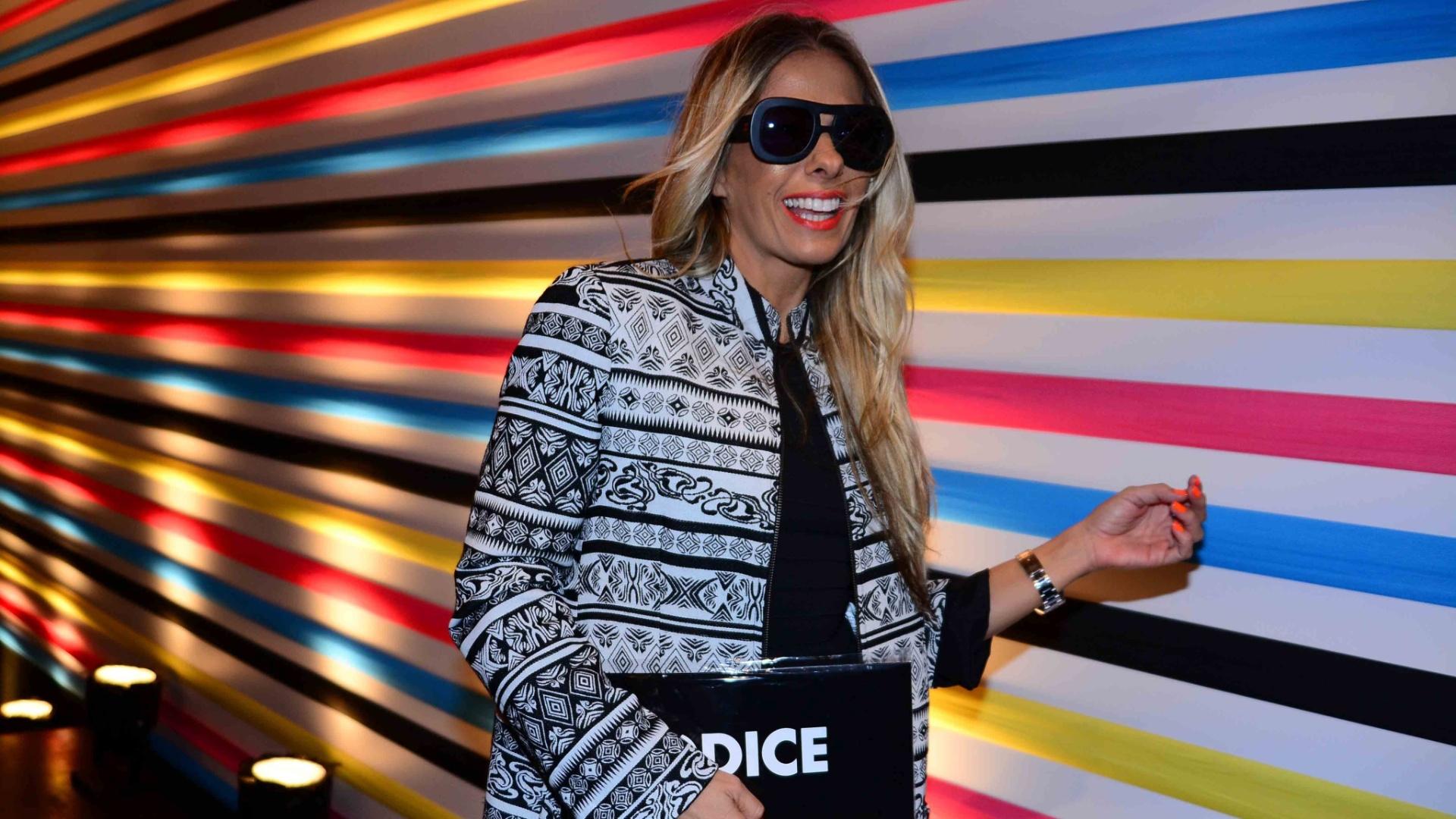 5.nov.2014 - Mulher do estilista Alexandre Iodice, Adriane Galisteu foi prestigiar o marido na São Paulo Fashion Week
