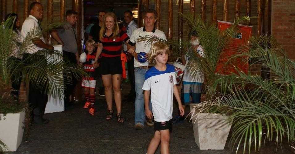 5.nov.2014 - Angélica e Luciano Huck deixam aniversário do filho Benício, de 7 anos, na Barra da Tijuca, Rio de Janeiro. Enquanto o filho do meio usou a camisa do Flamengo, mesmo time da mãe, o primogênito Joaquim, 9 anos, preferiu a camisa do Corinthians, mesmo time do pai
