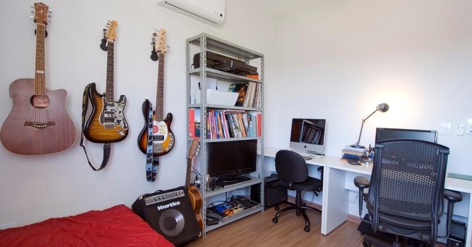 Com uma mesa de trabalho branca (Móveis Otto), um dos quartos do apartamento em Mogi Mirim (SP) se transformou em um escritório para atender ao pedido do locatário, um jovem empresário que trabalha em casa. Assim como o rack na sala de estar (foto 3), nesse cômodo, a estante é composta por prateleiras de aço (Método Móveis). Em suportes, os instrumentos musicais do morador decoram a parede e personalizam a decoração assinada por Leandro Matsuda