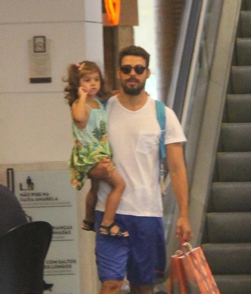 08.nov.2014- O ator não se importou em ser clicado pelos paparazzi enquanto fazia compras e passeava com a filha Sofia