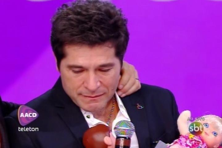 8.nov.2014 - Daniel se emociona ao falar de Hebe Camargo antes de se despedir do palco do Teleton 2014 na madrugada deste sábado, no SBT