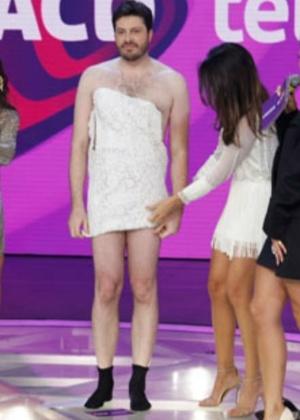 Danilo Gentili paga aposta e coloca o vestido de Lívia Andrade