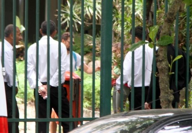 Cauã e Grazi brincaram com Sofia na portaria de um condomínio em São Conrado
