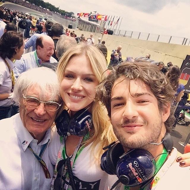 Os namorados Fiorella Mattheis e Alexandre Pato fizeram a questão de tirar uma selfie com o chefão da Fórmula 1,Barnie Ecclestone