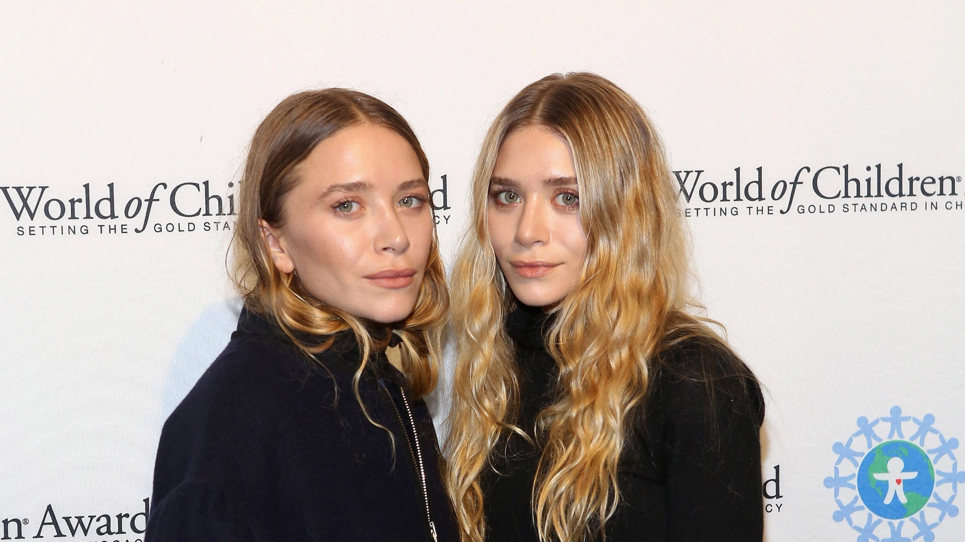 6.nov.2014 - Mary-Kate Olsen (à esquerda), aparece com visual diferente ao lado da irmã, Ashley Olsen, no World Of Children Awards, em Nova York