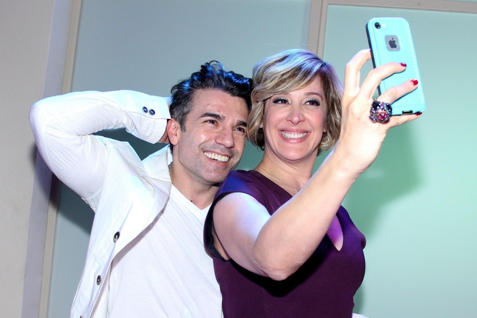 10.nov.2014 - Jarbas Homem de Mello faz selfie com a namorada, a atriz Claudia Raia, na estreia do espetáculo
