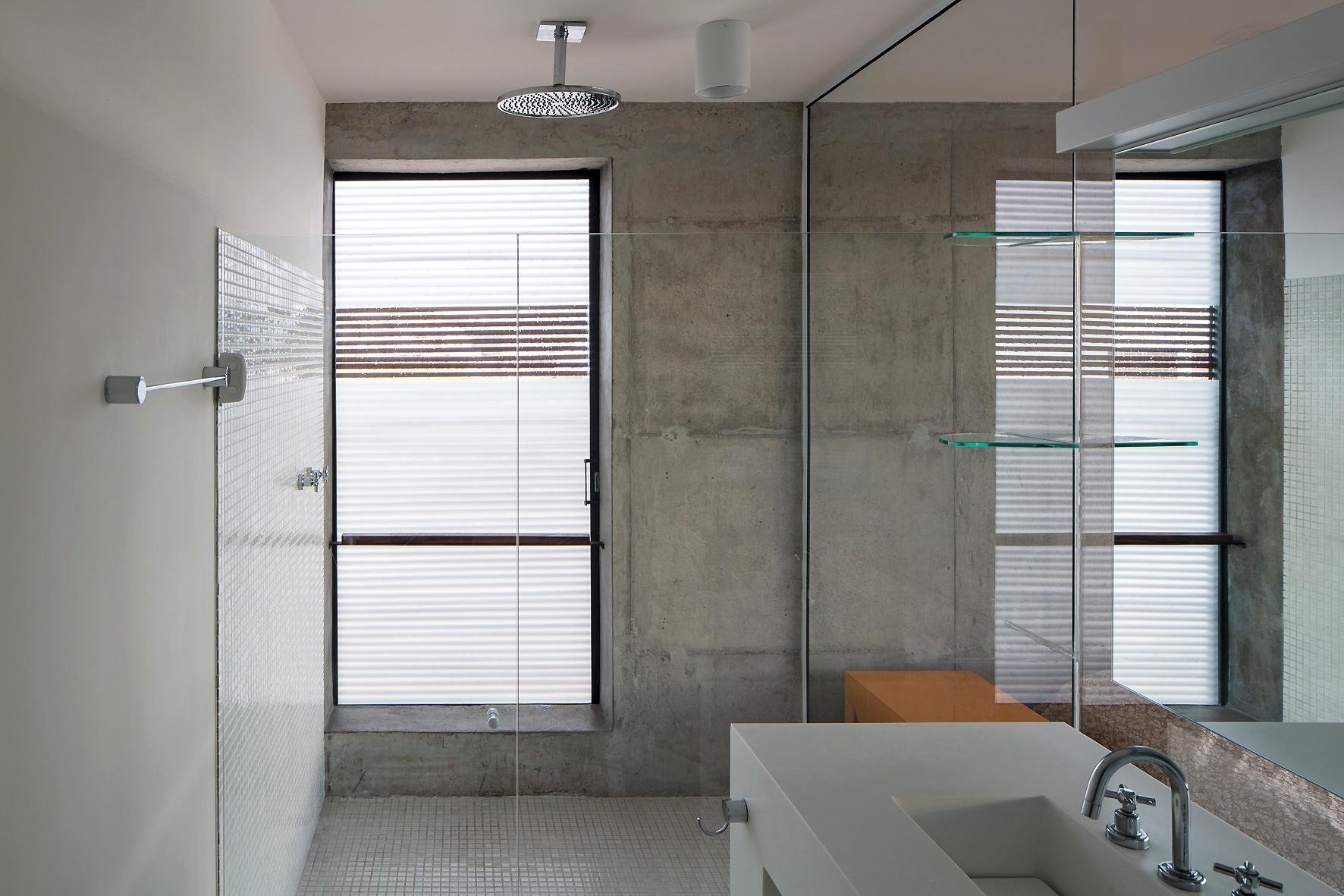 em mármore assegura a atmosfera de requinte e elegância ao banheiro  #5D5045 1772x1181 Bancada Banheiro Concreto
