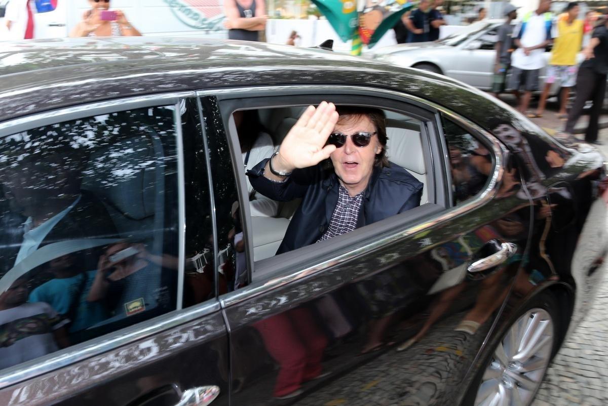 12.nov.2014 - Paul McCartney acena para fãs ao deixar hotel no Rio de Janeiro