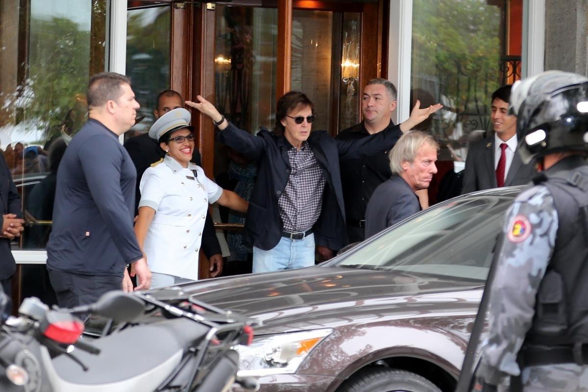12.nov.2014 - Paul McCartney acena para os fãs na saída do hotel Copacabana Palace, no Rio, antes de seguir para o show desta quarta-feira