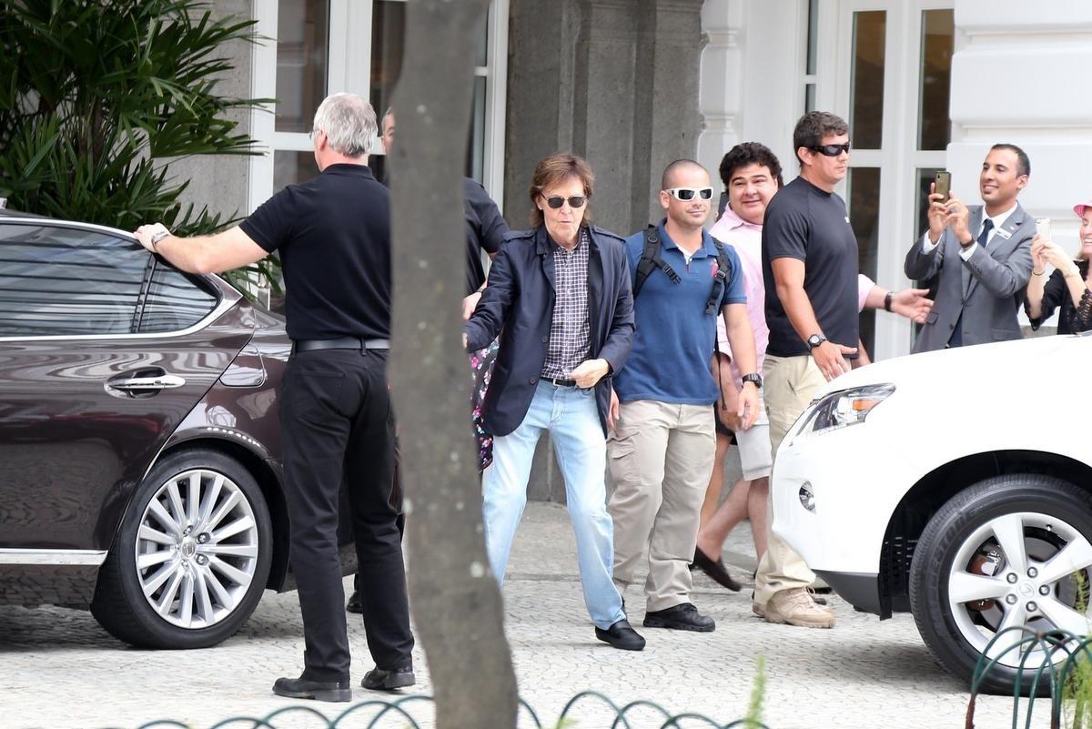 12.nov.2014 - Paul McCartney deixa hotel Copacabana Palace e acena para os fãs. Antes de entrar no carro que o levou para o show no HSBC, o ex-beatle ainda brincou com