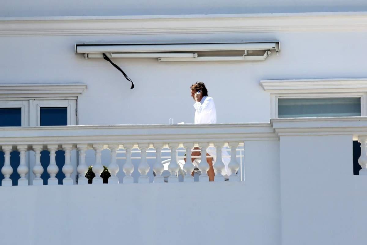 12.nov.2014 - Paul McCartney fala ao telefone na varanda do hotel Copacabana Palace, no Rio de Janeiro. O ex-beatle se apresenta na capital fluminense na noite desta quaerta-feira em mais um show da Out There Tour