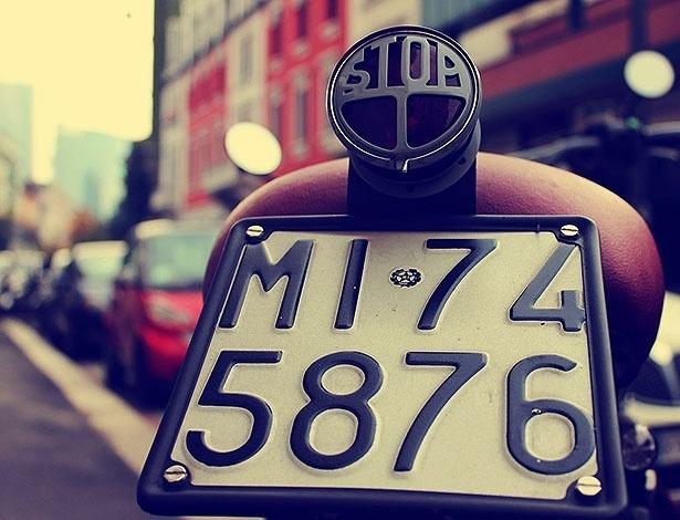 Moto com luz de freio personalizada na Thaon di Revel, centro da onda retrô em Milão
